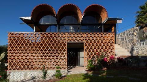 Aldana Sanchez Architects builds house topped by internet cafe in rural Mexico|Aldana Sanchez Architects在墨西哥農村建造了以網吧為首的房屋