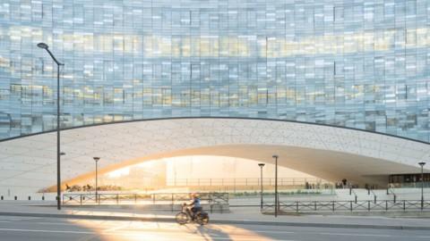 Snøhetta covers arched Le Monde Group Headquarters with shimmering glass tiles|Snøhetta用閃閃發光的玻璃磚遮蓋了拱形的Le Monde集團總部