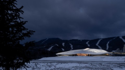 MAD unveils sinuous conference centre nestled amongst Chinese mountains|MAD揭開坐落在中國群山之中的蜿蜒曲折會議中心