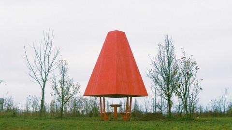 Red steel distinguishes tiny chess pavilion within French parkland|紅色的鋼片在法國稀樹草原中彰顯出微小的國際象棋館