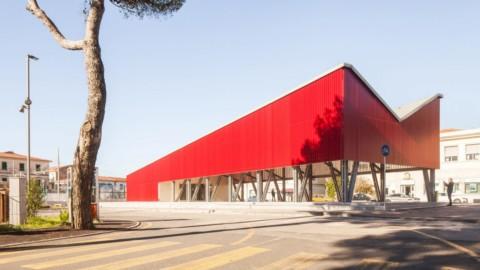 UNA2 covers Italian public square with bright-red loggia|UNA2用亮紅色涼廊遮蓋意大利公共廣場